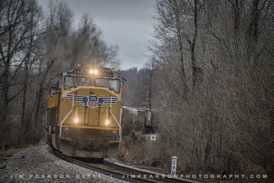03.10.15 CSX empty grain with UP Power approaching White City Holdout, Mortons Gap, Ky